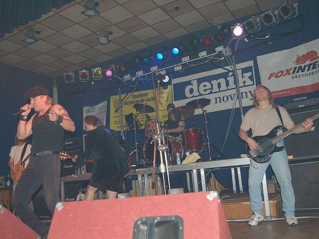 Sobotního koncertu se ve Studánce zúčastnila také příbramská kapela AC/DC Revival Band.