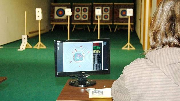 Na střelnici pro kulové zbraně jsou čtyři dráhy. Samozřejmostí jsou smostatně pohyblivé terče, takže střelec se vůbec nedostane do prostoru střelby