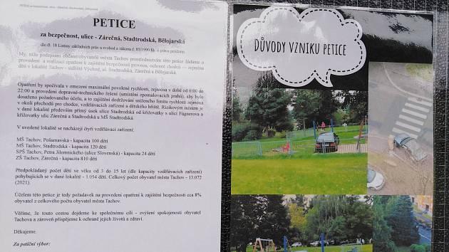 Podpisové archy a petice na vchodu do věžáku v Zárečné ulici.