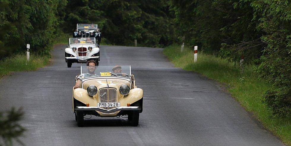 Ze západních Čech i dalších míst se do Chodové Plané v sobotu sjeli majitelé se svými stařičkými automobilovými veterány.