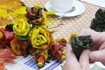 Podobné dekorace si mohou vyrobit zájemci při kurzech. Růže na snímku jsou vytvořeny z podzimních listů různých stromů.