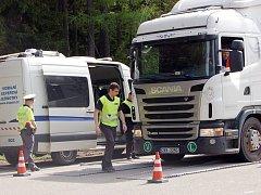 Kontrolu nákladních vozidel spojenou s vážením na mobilní váze prováděli v pondělí tachovští dopravní policisté spolu s Centrem služeb pro silniční dopravu před hraničním přechodem za obcí Broumov.