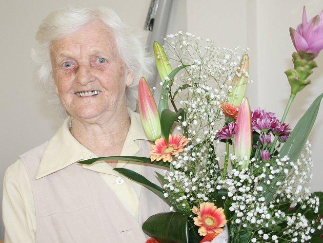STANISLAVA SALABOVÁ s kyticí, kterou dostala k devadesátinám.