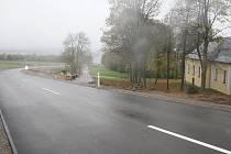 Vlevo nová silnice od hraničního přechodu, uprostřed v aleji stará.