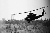 """Dnes už historická fotka, představující americkou helikoptéru Cobra tzv. Redcatchers, čili """"Lovců rudých"""", přilétající z nepřátelské strany k hlásce na Havranu."""