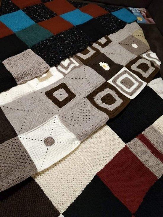 Z čtverců od šikovných lidí vznikají deky.