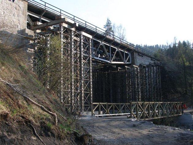 Nové mostní konstrkuce, které byly před dvěma týdny převezeny těžkotonážními kamiony na nádraží do Brodu nad Tichou jsou již na svém místě respektive čekají na usazení