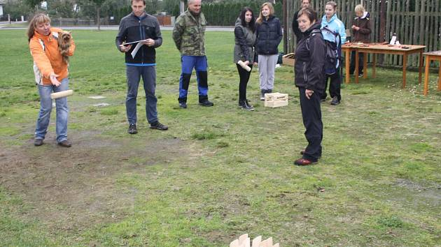 V Kladrubech se zájemci učili hrát hru Mölkky.