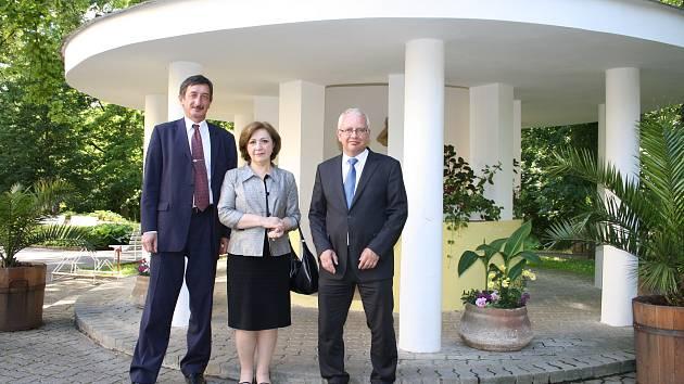 Velvysklankyni Gruzie Ninu Nakašidze v Konstantinových Lázních doprovázeli senátor Miroslav Nenutil (vlevo) a ředitel lázní Petr Kroupa.