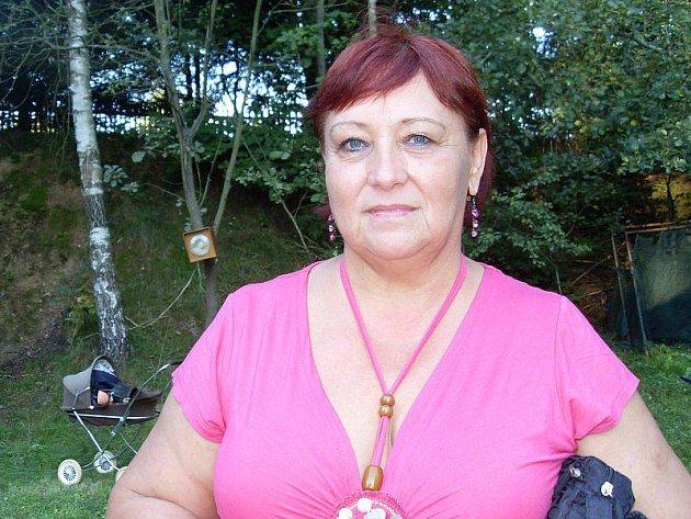 Miloslava Pichlerová baví obyvatele starosedlišťského regionu netradičními hláškami v místním rozhlase.