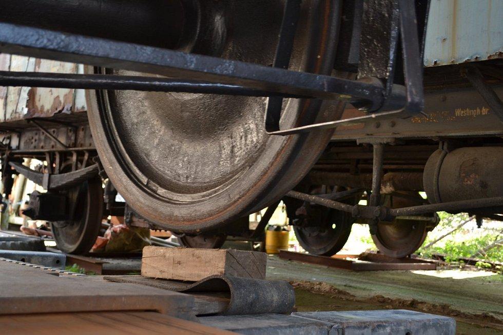Nakládka historického vagonu a přeprava na nádraží Bezdružice.