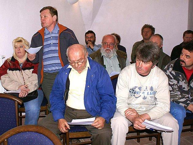 Osadníci z Bezděkova se chtějí odtrhnout od města Bor a přejít pod kočovskou samosprávu. Háček je v tom, že jim nestačí změna trvalého pobytu, ale chtějí pod Kočov patřit i s celým katastrem a majetkem. To zastupitelé Boru ovšem odmítli.
