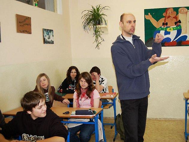 Podle studentů tachovského gymnázia je Petr Křížek (na snímku) přísný, ale spravedlivý a chápající pedagog. Také proto byl nominován do celorepublikové soutěže Zlatý Ámos.
