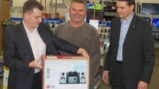 Slavnostní vyhodnocení Tip ligy 2012 Tachovského deníku se konalo v prodejně v Mariánských Lázních.