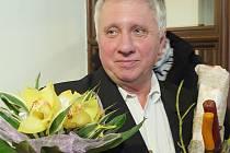 Jan Rybecký páteční vernisáží zároveň oslavil své sedmdesáté narozeniny.