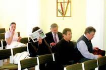 Snímek z procesu s lidmi, obžalovanými ze zločinného spolčení, ohrožování mravní výchovy a kuplířství. Jde o největší odhalený případ na Tachovsku.