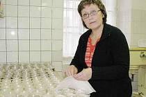 HOŘKOU, MLÉČNOU A BÍLOU ČOKOLÁDOVOU POLEVU vyrábí a distribuuje Hana Zdvihalová ze své cukrárny do několika obchodů s potravinami v okolí. Letos je však zájem menší než dříve.