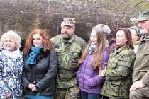 Manželka prezidenta republiky Ivana Zemanová (druhá zprava, v maskáčové uniformě) si v úterý dopoledne prohlédla Muzeum lehkého opevnění v Kladrubech.