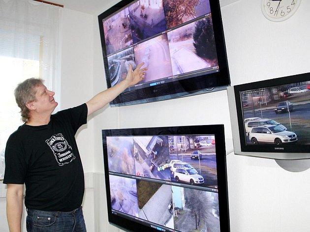 Ladislav Opava předvedl nové pracoviště městského kamerového dohlížecího systému v Tachově.