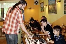 Šachový mistr Jan Turner sehrákl v neděli simultánku s dvanácti amatérskými šachisty. Jedenáct porazil, v jednom případě remizoval.