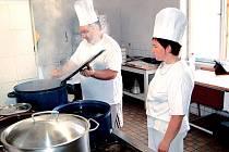 Panující tropické počasí trápí snad všechny pracovní obory. Své o tom ví také kuchaři Roman Rádl a Zuzana Brzobohatá.