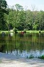Záchranné složky od včerejšího večera pátrají po muži, který vstoupil do rybníka a od té doby je nezvěstný.