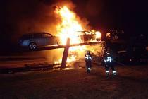 Na dálnici shořel kamion plný osobních vozů