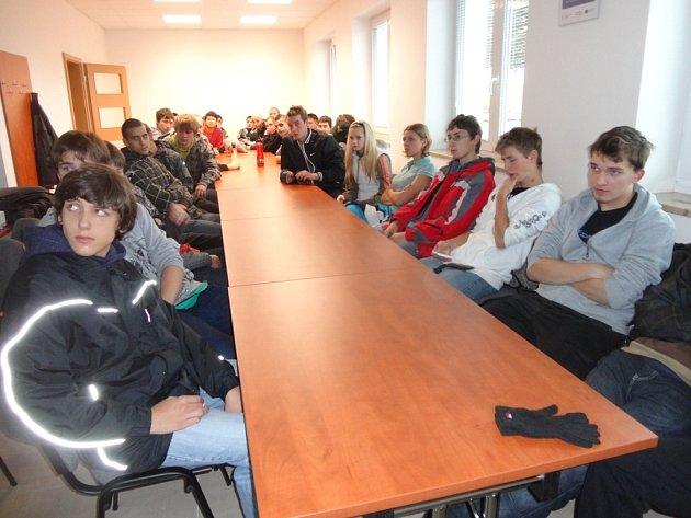 Tachovští a plánští studenti při přednášce o nových technologiích pro sanaci a izolaci balkónů.