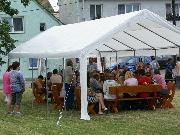 V Lomu měli v sobotu pouť Radnice v Benešovicích nachystala posezení na návsi, o dobrou náladu se starali lidé společně s  pozvanými muzikanty z Plzně a Stříbra.