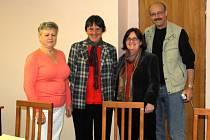 Zleva starostka obce Lestkov Renata Šilingová, paní průvodkyně, Terri a Edmund Stern