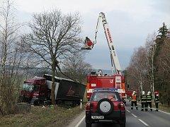 Mimo silnici ve stromě skončil kamion, který jel v pondělí ráno z Benešovic směrem na Stříbro.
