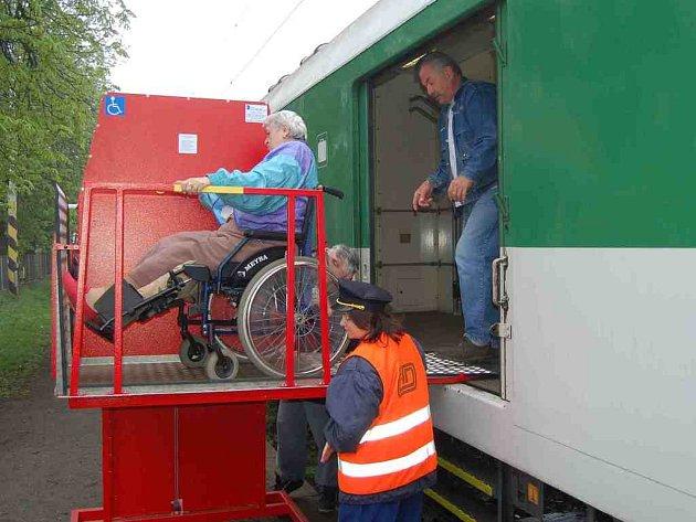 Plošina pro tělesně postižené na nádraží ve Stříbře.