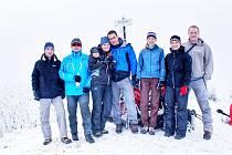 PRVNÍ PĚŠÍ V NÍZKÝCH TATRÁCH. Skupinový snímek týmu na Kozím Chrbátu. Poté se šlo do Hiadeľského sedla a sestup  byl krátký, prudký a intenzivní.