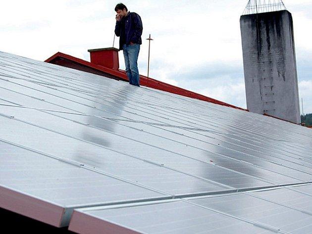 V Plané byl zahájen provoz sluneční elektrárny. Střechu dílen Lesní spo- společnosti. Přimda pokrývá přes dvě stě panelů.