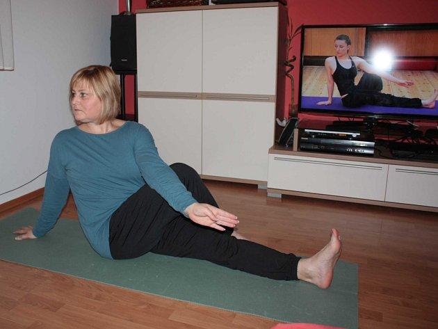 MONIKA MICHLOVÁ využívá jeden ze svých oblíbených sportů, kterým je jóga, přímo si ji úžívá.