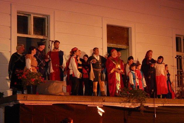 Zámecký areál v Chodové Plané hostil divadelní představení muzikálu Noc na Karlštejně.