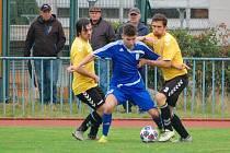 FK Tachov (v modrém) - Sparta Dlouhý Újezd (ve žlutém) 7:1 (4:1).