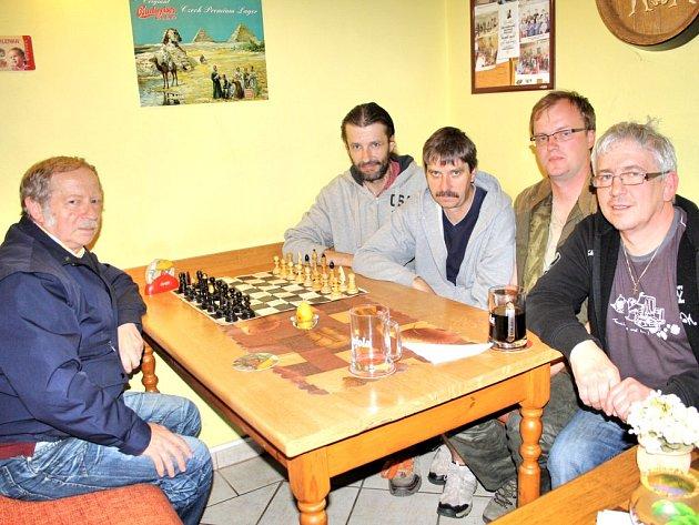 ČÁST SOUČASNÉHO Šachového klubu Tachov na základně v restauraci ve Vítkově (zleva): Václav Truksa, Jan Turner, Vladimír Hudousek, Aleš Jakl a Jiří Danko.