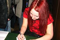 Bára Zemanová se podepsala přítomným divákům.