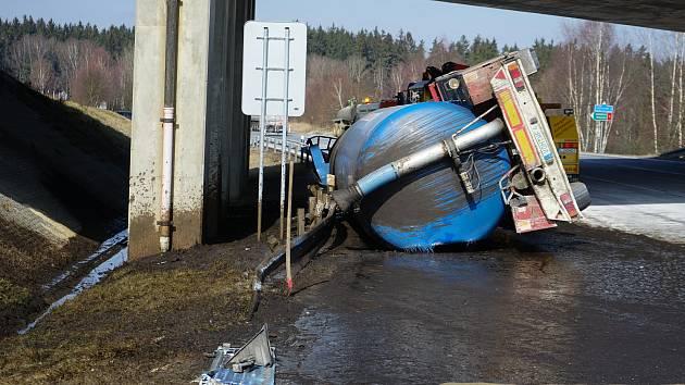 Pondělní dopravní nehoda na sjezdu z dálnice D5 u Mlýnců.