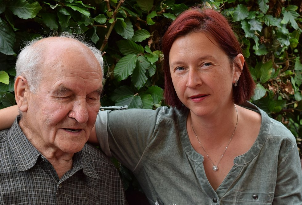 Jan Sláva životní optimismus nikdy neztratil. Na snímcích na své zahrádce, s vnučkou Janou a na dobových fotografiích.