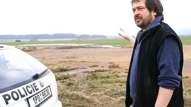 Starosta Brodu  Stanislav Karásek ukazuje rozlitou prasečí kejdu na poli těsně vedle cyklotrasy Brod – Nahý Újezdec. Místo zapáchá a to nejspíš odradí turisty aby trasu používali.