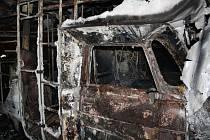Smrt dvou lidí, dvou psů a jedné kočky si vyžádal požár, který v noci na pátek zachvátil obytný karavan v Olbramově.