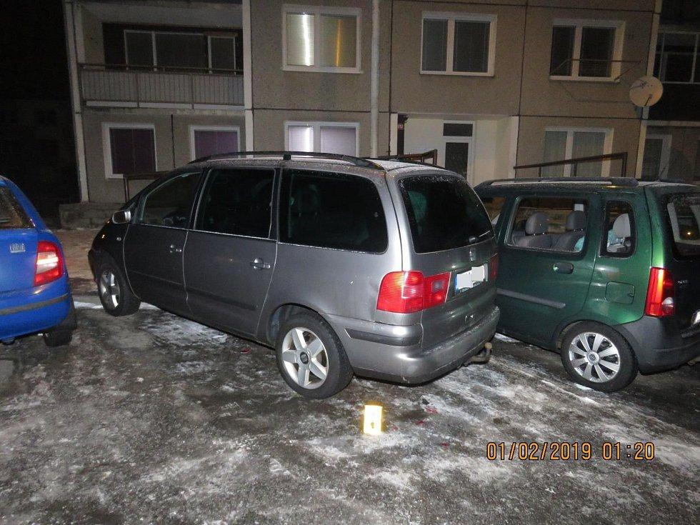 Opilý řidič poškodil na tachovském sídlišti čtyři auta.