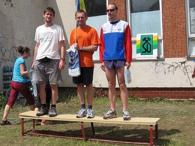 Vítězové oblastního přeboru v orientačních štafetách veteránů. Zleva Jan Michalec, Petr Kunc starší (oba Tachov) a Jan Fišák z Mariánských Lázní.
