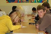 Student šestého ročníku gymnázia Tachov Ondřej Ťupa se svou soupeřkou ze Sokolova Zuzanou Klierovou. Tachovští studenti byli však lepší a nad sokolovskými vyhráli.