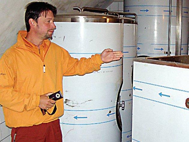 V těchto nádržích bude zrát pivo, ukazuje na snímku majitel nového pivovaru ve Stříbře David Ryba.
