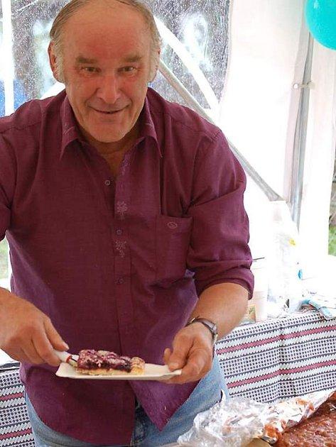 Petr Fikar ze spolku baráčníků nabízel na letních slavnostech ve Stráži domácí koláče, díla žen ze spolku.