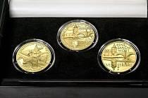 Kolekce zlatých mincí s motivem stříbrského mostu.