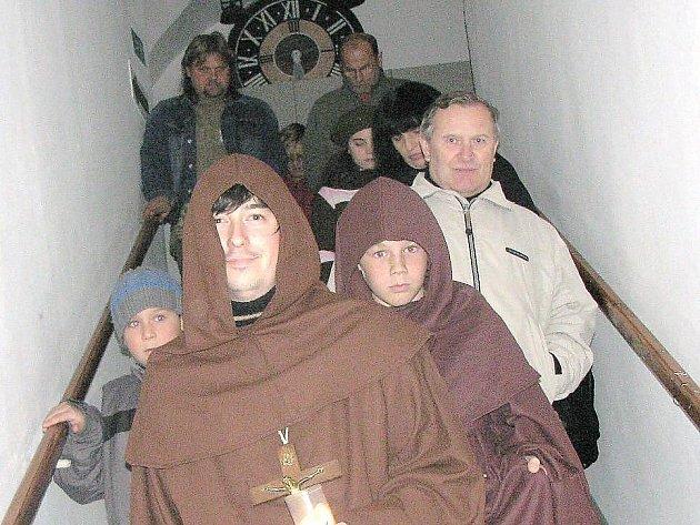 Mniši františkáni se v Muzeu Českého lesa v Tachově náhle zjevovali na každém kroku